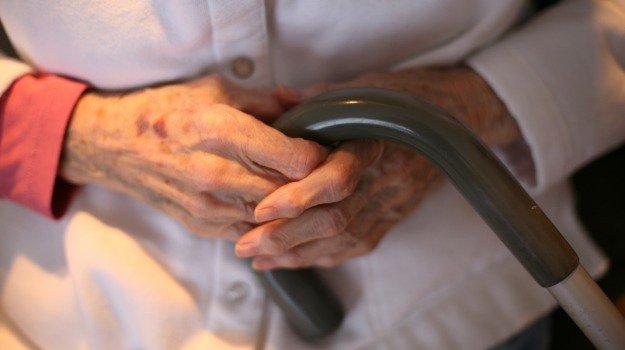 Anziani picchiati e sedati in un ospizio abusivo nel Trapanese