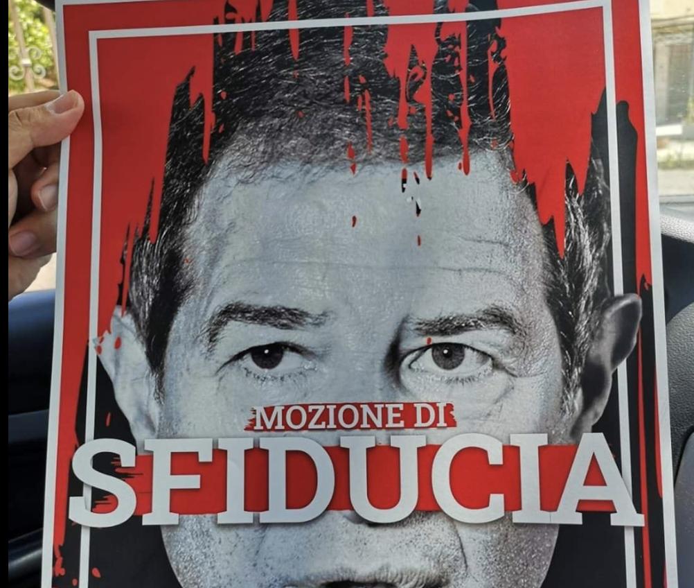 """Manifesto del M5s contro il governatore: """"Nessuna istigazione all'odio"""""""