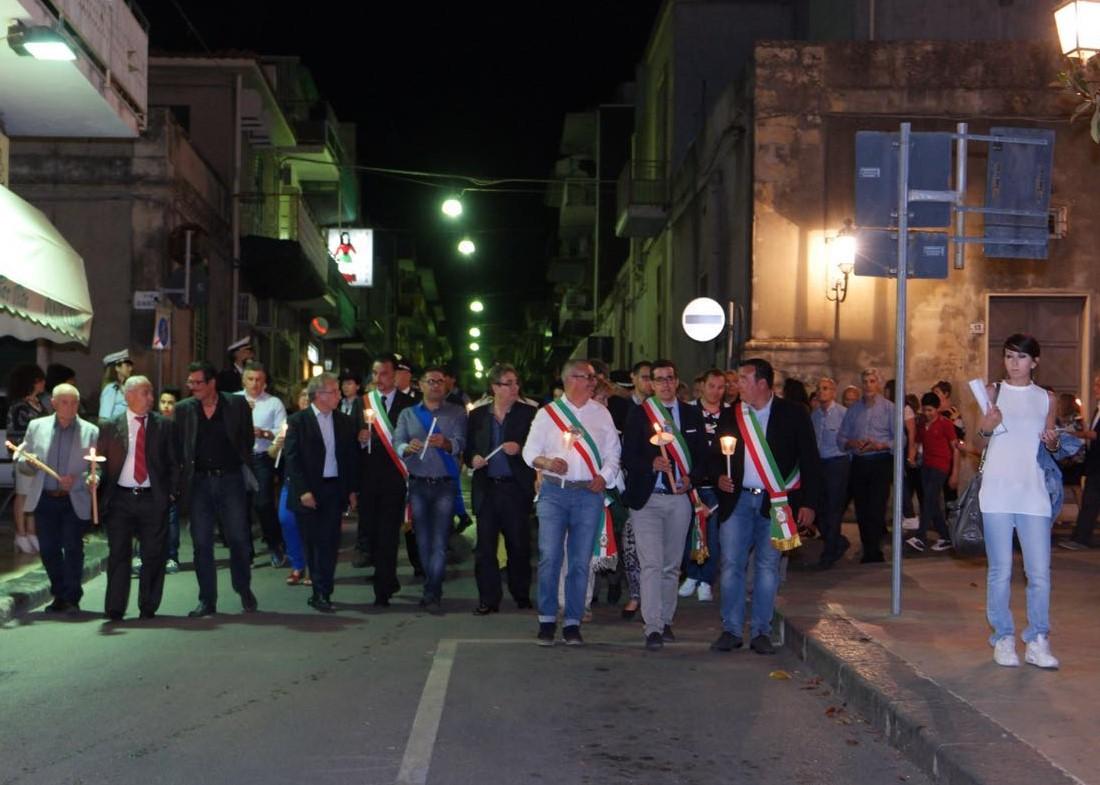 Solarino esce in strada per la fiaccolata contro il racket del pizzo