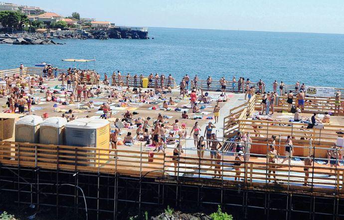 Mare: sopralluogo del sindaco di Catania Pogliese per i ritardi coi solarium