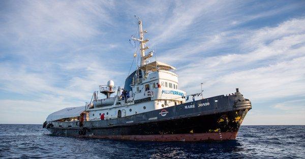"""Salpata da Marsala la """"Mare Jonio"""": a bordo c'è Gregorio De Falco"""