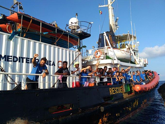 Lampedusa, evacuati dalla Mare Jonio tre migranti per motivi di salute