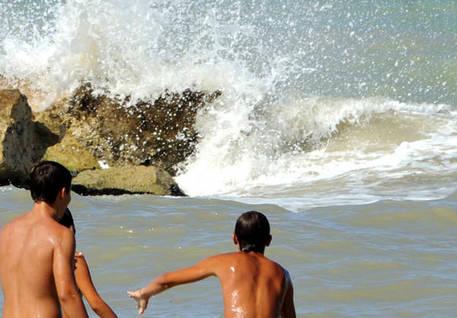 Tentano salvare una bimba, annegano nel mare di Ostuni