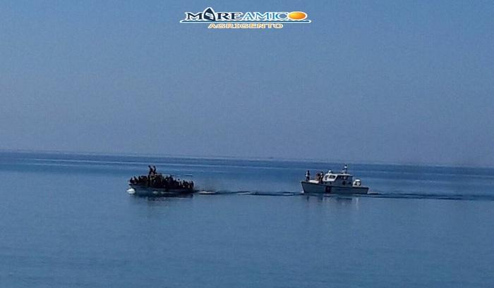 Ribera, barca scortata fino alla spiaggia: poi 60 migranti in fuga