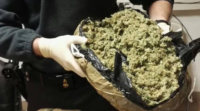 Mascali, due chili di marijuana in auto: due persone in manette