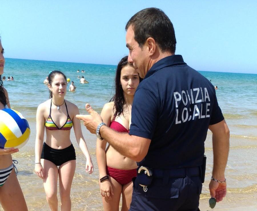 Marina di Modica, spiaggia diventa campo di calcio: vigili urbani minacciati