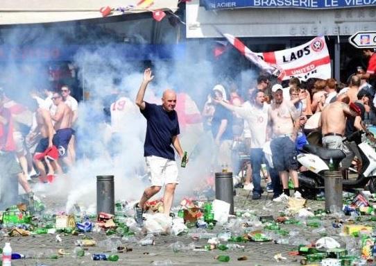 La furia degli Hooligan devasta la zona del porto di Marsiglia