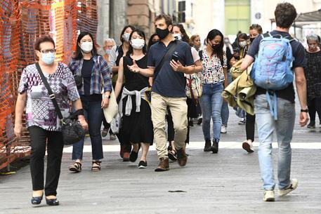 Coronavirus, la Sicilia valuta di tenere le mascherine all'aperto