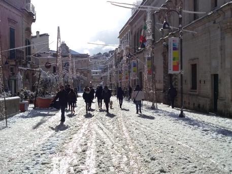 Basilicata al gelo, neve sui sassi di Matera: imbiancati i vigneti nel Salento
