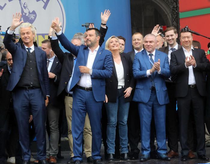 A Milano sfilano i sovranisti, con Salvini sul palco anche Wilders e Le Pen