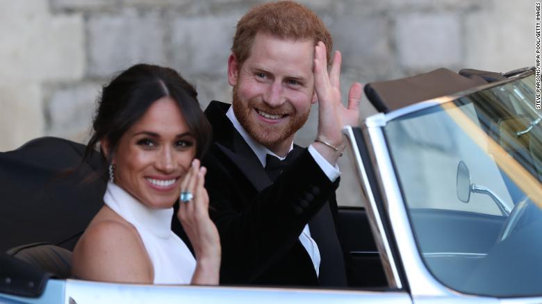 Harry e Meghan rinunciano al titolo reale: si impegnano a restituire 2,4 milioni di sterline