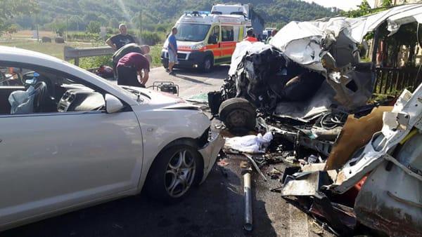 Schianto tra un'auto e un furgone: 2 morti bruciati