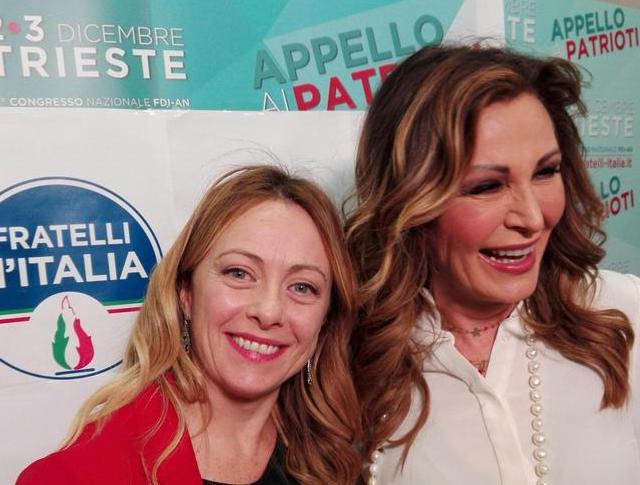 Fratelli d'Italia, Meloni resta presidente: l'abbraccio con Santanchè