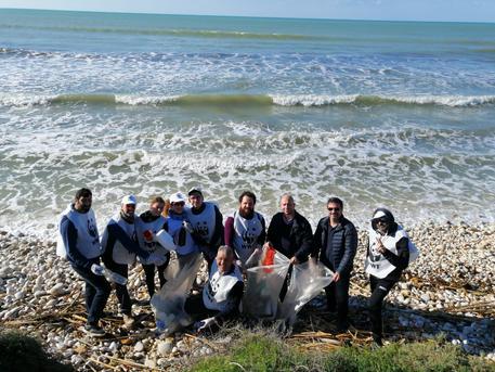 Volontari del Wwf ripuliscono la spiaggia di Menfi