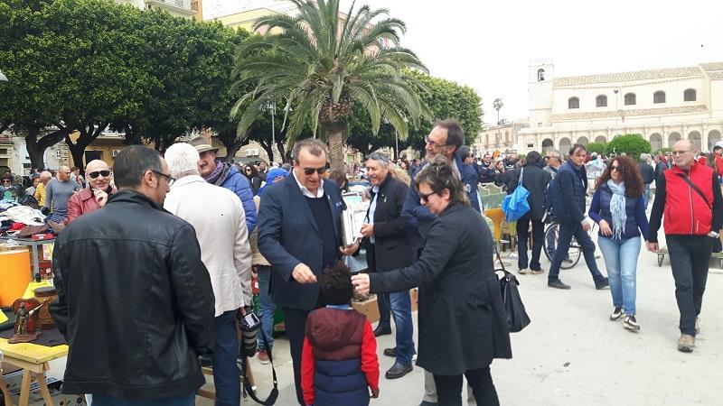 Amministrative Siracusa, Fabio Granata ieri al mercato di piazza Santa Lucia