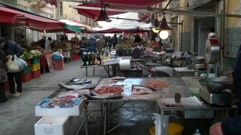 Siracusa, blitz della polizia municipale al mercato di via De Benedictis a Ortigia