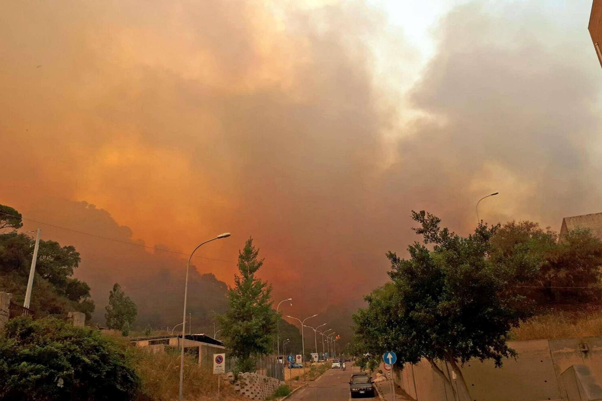 Il Messinese in fiamme: intossicati e famiglie evacuate