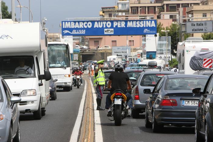 Esodo, due ore di attesa agli imbarchi per Messina