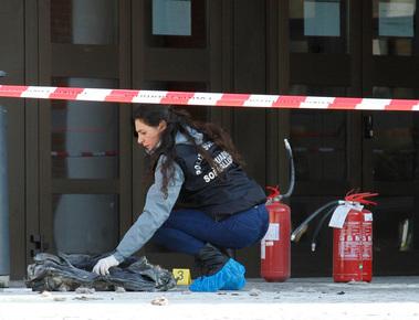 Affidamento della figlia, donna si dà fuoco davanti al Tribunale di Mestre: è grave