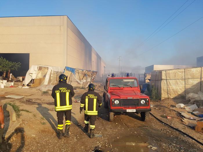 Incendio in un capannone, morta una migrante in provincia di Matera