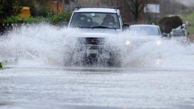 Pioggia torrenziale a Lipari, strade allagate e piene di pomice: disagi per i veicoli