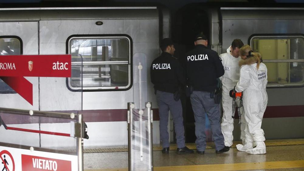 """Spinta sotto la metro a Roma, fermato uomo: """"Gesto di follia"""""""