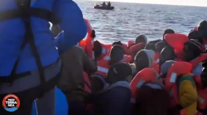 Migranti, la Mare Jonio a Lampedusa: autorizzato soltanto un punto di fonda
