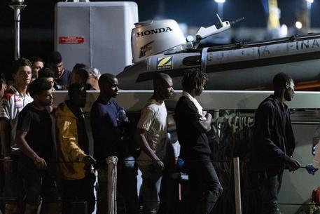 Pozzallo, sbarcati 47 migranti: fermati due presunti scafisti tunisini