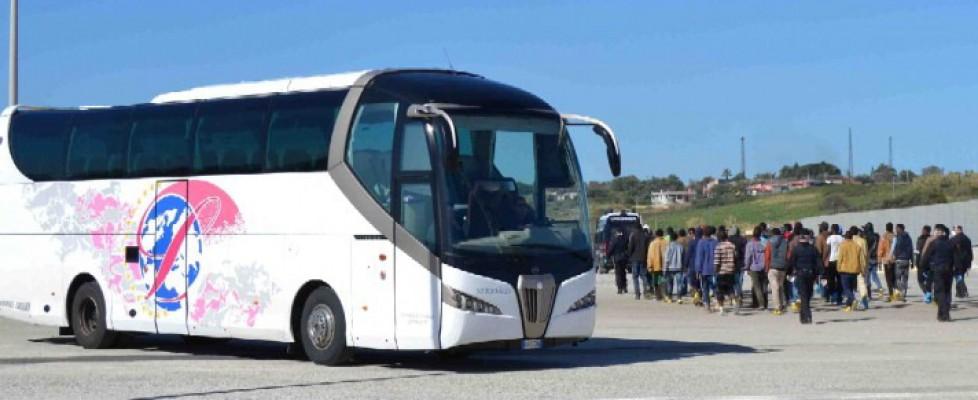 Sbarcati a Porto Empedocle, 79 migranti trasferiti in una struttura di Siracusa