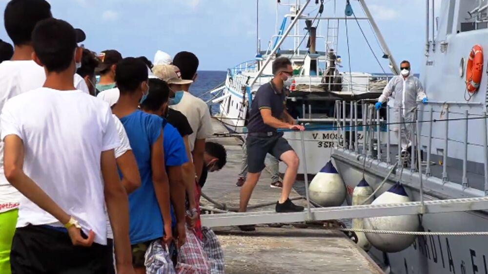 Lampedusa, nave della quarantena prende a bordo 800 migranti dall'hotspot