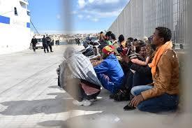 Lampedusa, 5 sbarchi: oltre 1000 migranti nell'hotspot