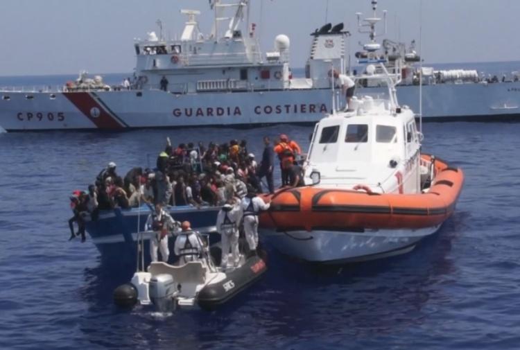 Lampedusa, la Guardia costiera trae in salvo un centinaio di migranti