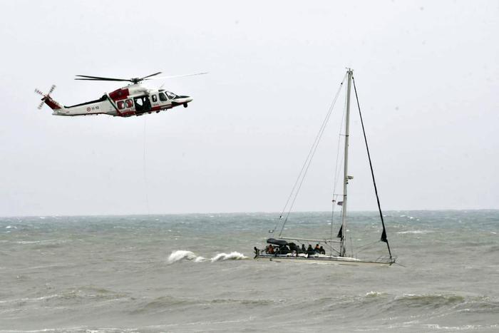 Crotone, soccorsa barca a vela con 75 migranti e col mare in tempesta
