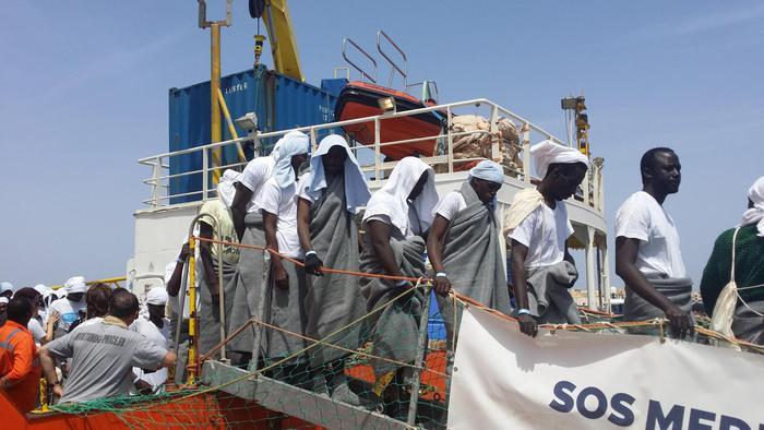 Salvati 534 migranti nello Stretto di Sicilia, recuperati 5 corpi