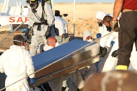 La donna morta su un barcone per salvare i suoi figli sepolta a Ragusa