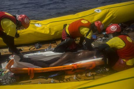 Migranti, a Trapani in 240: 13 cadaveri, anche bimbi