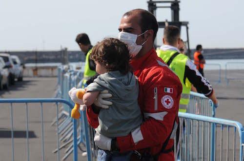 Migranti, nuovo sbarco a Catania: arrivano in 541