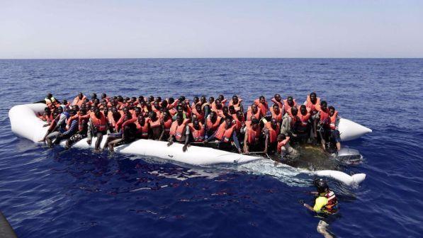 """Migranti: 105 bloccati al largo della Libia, """"pratiche disumane"""""""