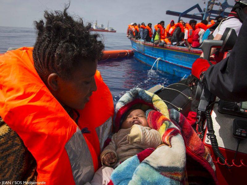 Migranti: 60 su yacht a vela nel Salento, 2 presunti scafisti arrestati
