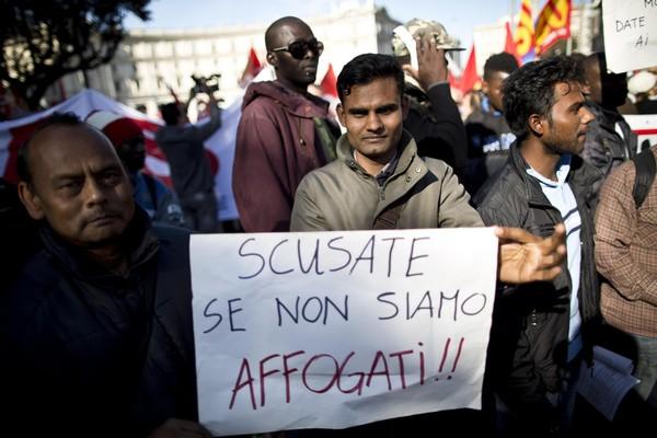 Migranti: blitz di Casapound al porto di Trapani,