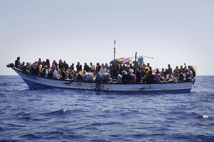 Migranti: soccorso barcone con 300 alla deriva al largo Libia