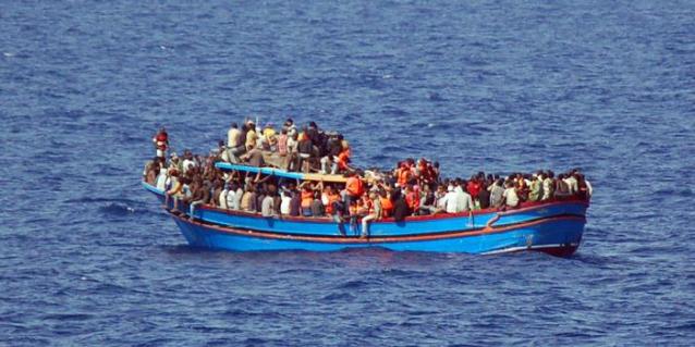 Migranti: un centinaio su peschereccio arenatosi nel Trapanese