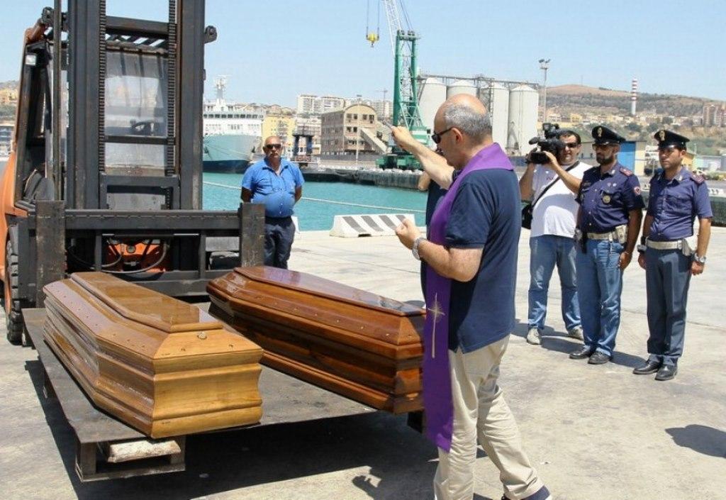 Migranti, sbarco a Trapani: anche sette cadaveri