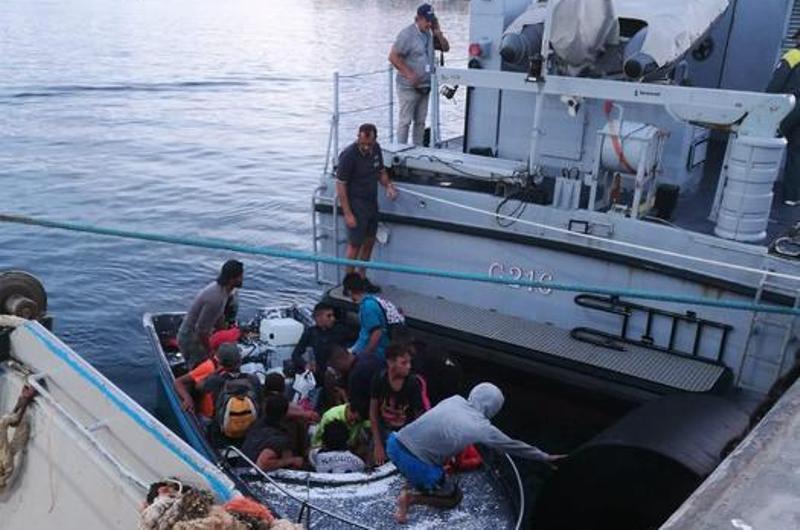 Piccola imbarcazione con otto migranti sbarca a Lampedusa