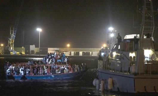 Migranti, 264 a Pozzallo in fuga da abusi e torture salvati da un peschereccio