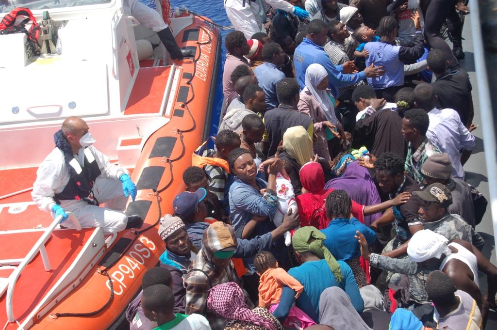 Centinaia di migranti alla deriva nel Canale di Sicilia