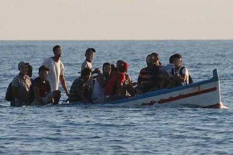 Arrivati a Lampedusa 16 migranti con un barchino