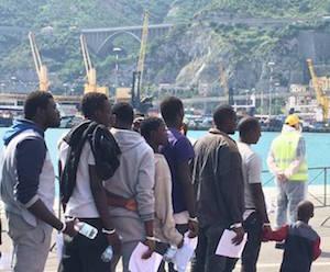 Migranti: sbarco ad Augusta, fermati quattro presunti scafisti