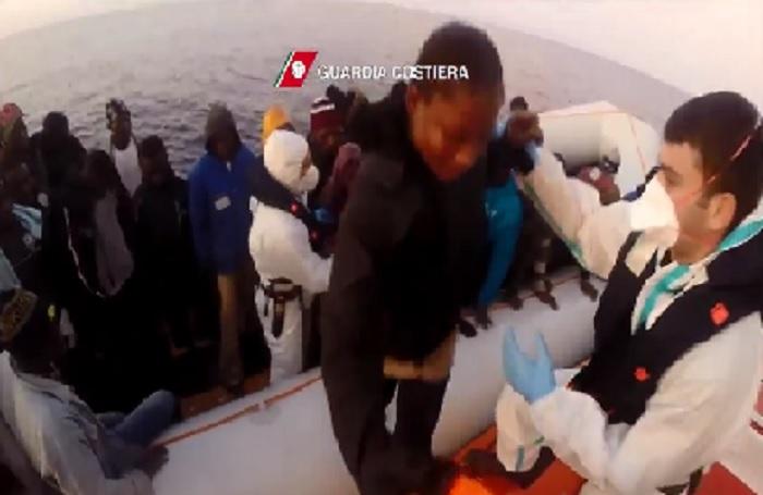 Tre gommoni carichi di migranti soccorsi nel Canale di Sicilia