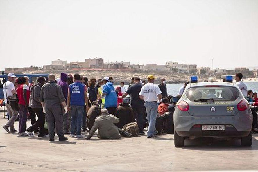 Hotspot di Lampedusa al collasso, migranti bloccati al Molo Favaloro